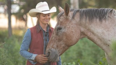 Amber Marshall as Amy Fleming on Hearland episode 1401 meeting Casper, the foal of Ghost